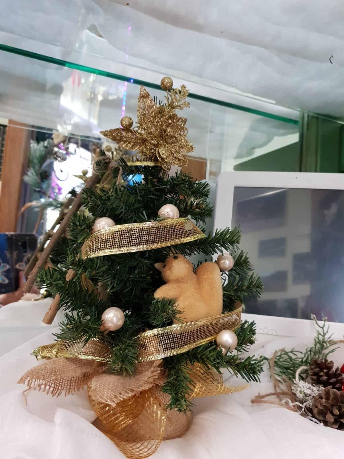 Albero natalizio con nastri dorati e addobbi